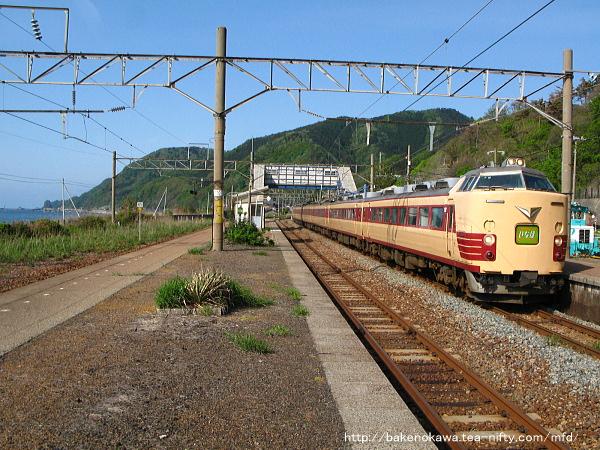 越後寒川駅を通過する485系電車特急「いなほ」その三