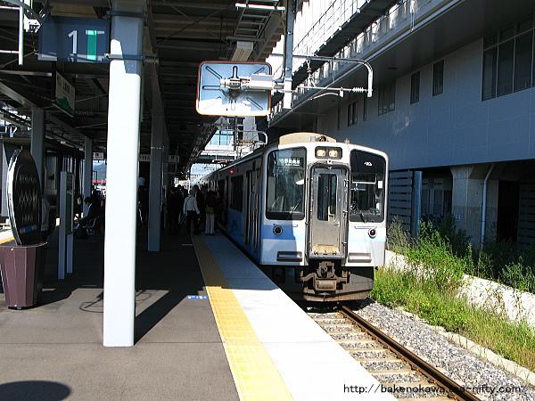 到着したET127系電車