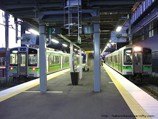 上越妙高駅で列車交換する上下のET127系電車