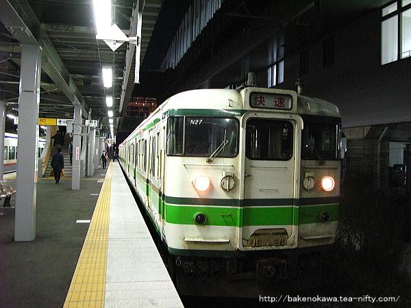 上越妙高駅に停車中の115系電車快速
