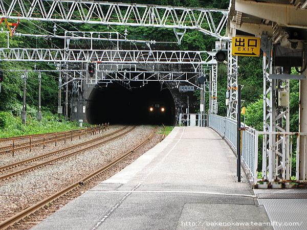 頸城トンネルと接近する電車
