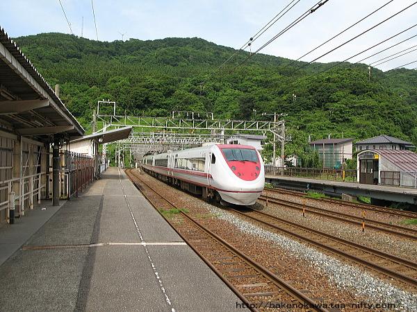 名立駅を通過する特急「はくたか」その一