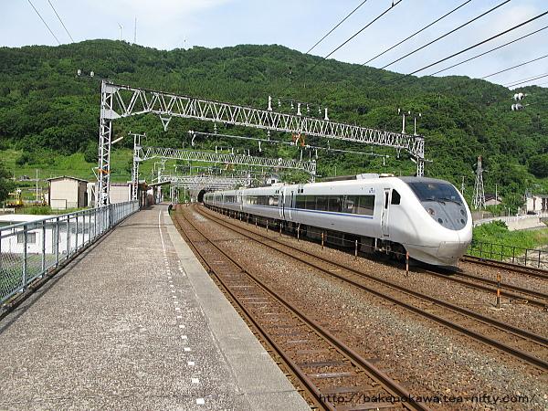 名立駅を通過する特急「はくたか」その二
