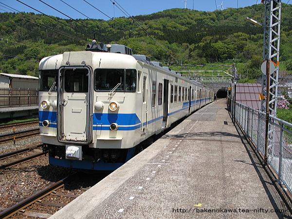 名立駅に停車中の413系電車