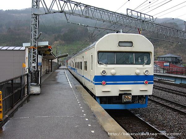 名立駅に停車中の419系普通電車その二