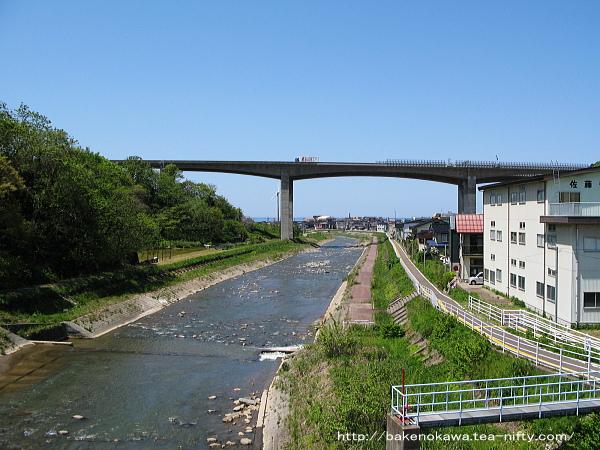下りホーム上から見た名立川と北陸自動車道
