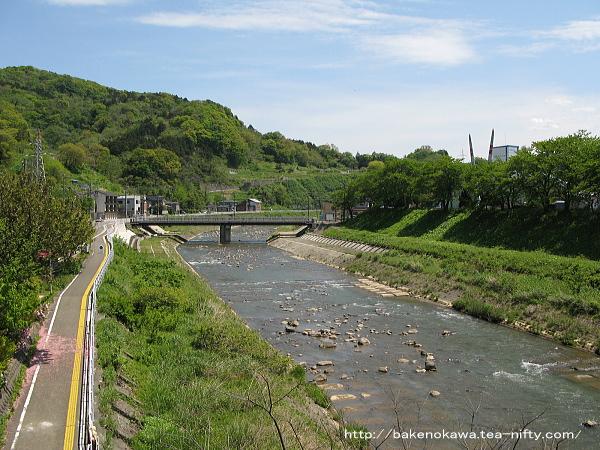 上りホーム上かに見た名立川上流