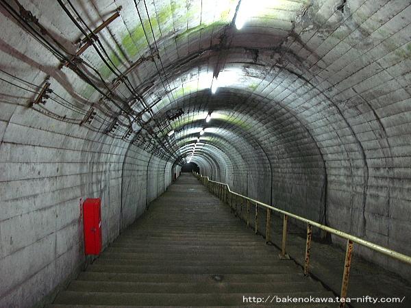 地上の駅舎と地下のホームを結ぶ階段