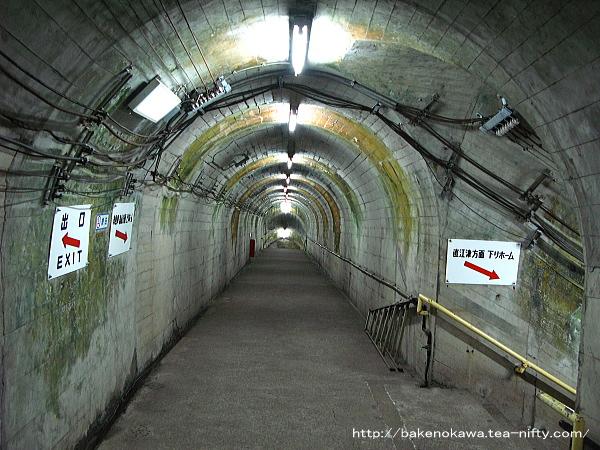 地下ホームへの通路