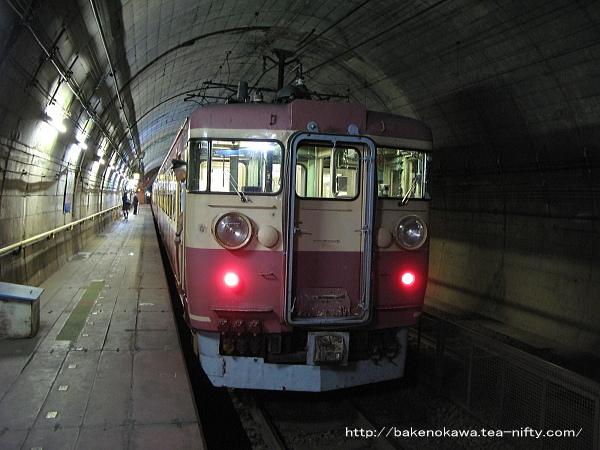 筒石駅に停車中の475系電車