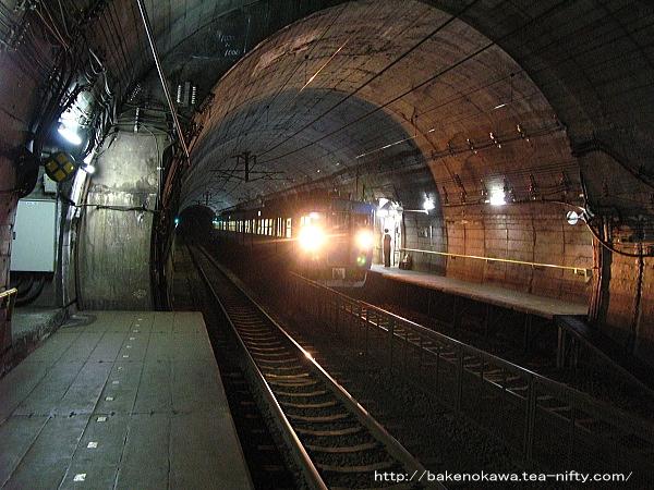 筒石駅に停車中の413系電車その1