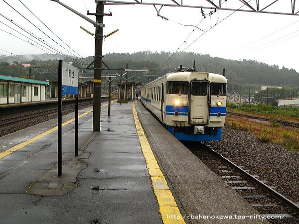 能生駅から出発する475系電車その1