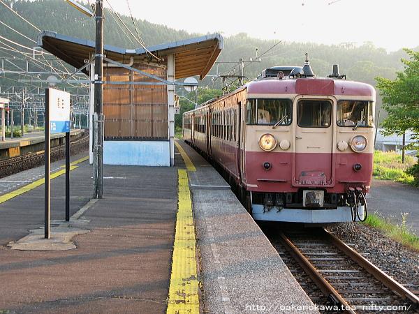 能生駅に停車中の475系電車
