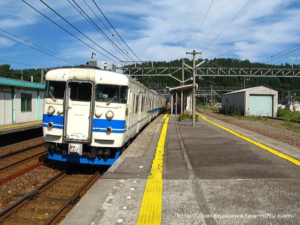 能生駅を出発する413系電車