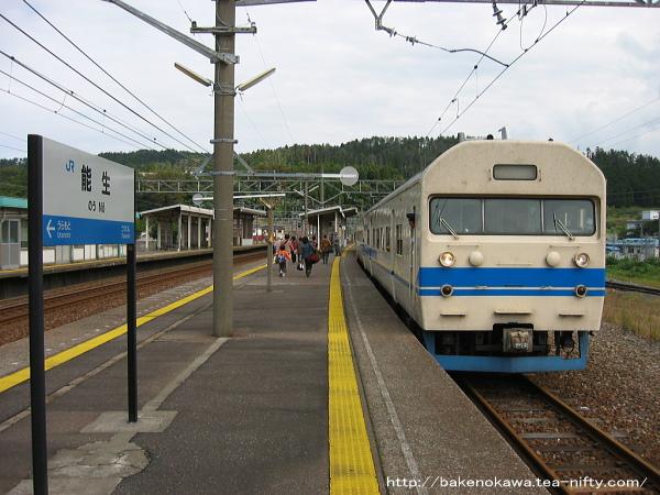 能生駅に停車中の419系電車