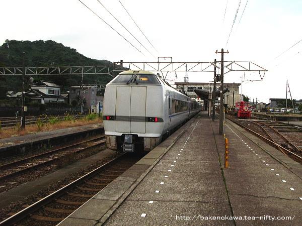 青海駅を通過する特急「はくたか」その1