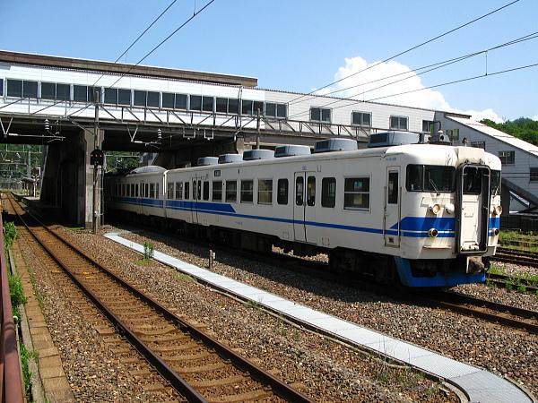 青海駅を出発する413系電車その2
