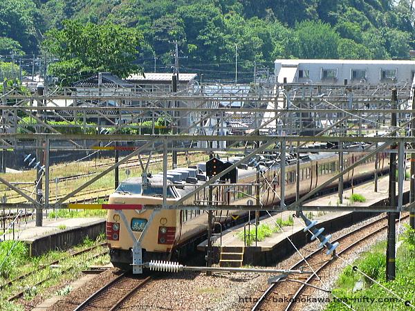 青海駅を通過する485系電車特急「北越」