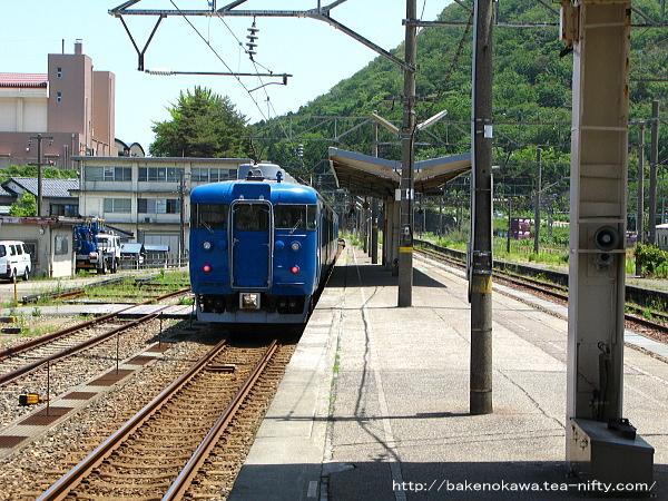 青海駅を出発する413系電車その3