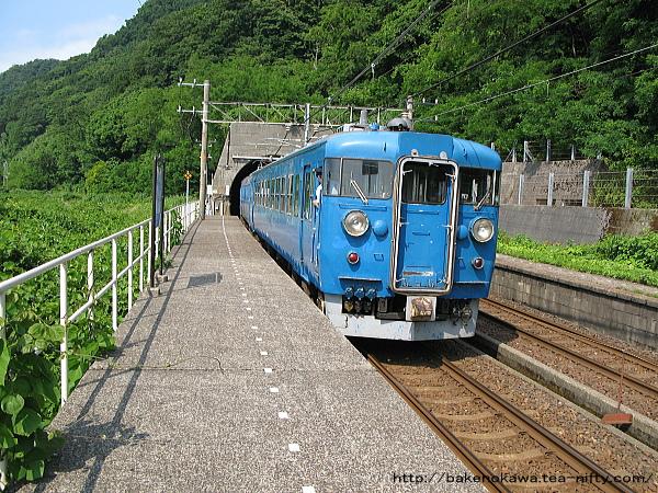 浦本トンネルに突入する475系電車