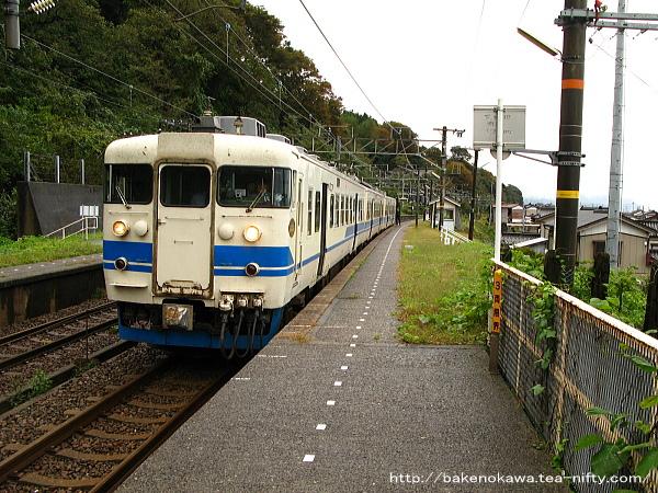浦本駅を出発する413系電車