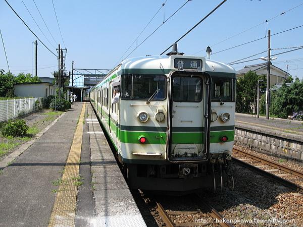 羽生田駅を出発する115系電車