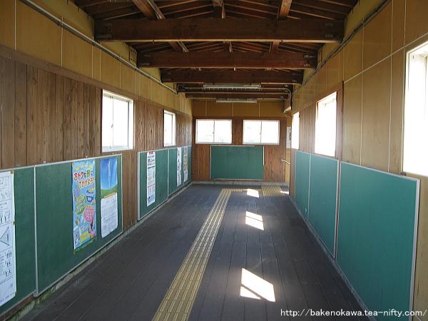 柿崎駅跨線橋内部の様子