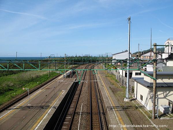 跨線橋上から柏崎方面を望む