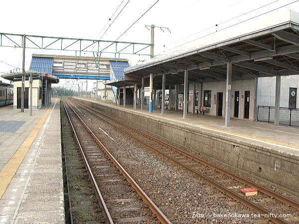 改築後の柿崎駅跨線橋周りと駅舎の様子