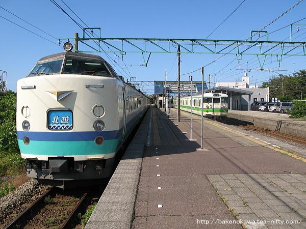 柿崎駅に到着した485系電車T編成の特急「北越」と二番線退避中の115系電車