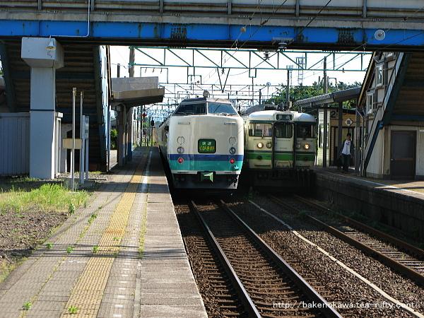 柿崎駅を出発する485系電車T編成の快速「くびき野」と二番線退避中の115系電車