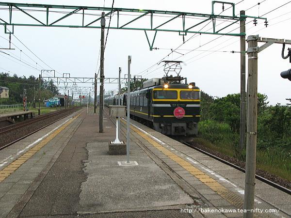 柿崎駅に進入する寝台特急「トワイライトエクスプレス」