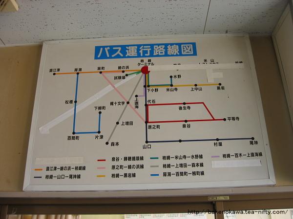 柿崎バスターミナル待合室内の路線バス運行路線図