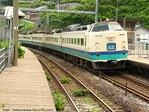 笠島駅を通過する485系電車特急「北越」