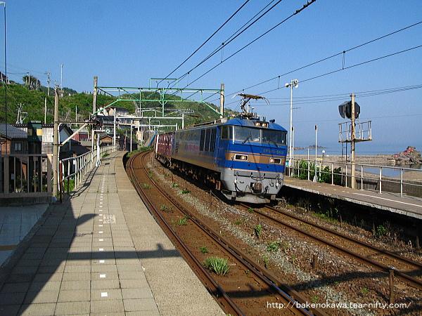 笠島駅を通過するEF510形電気機関車牽引の貨物列車