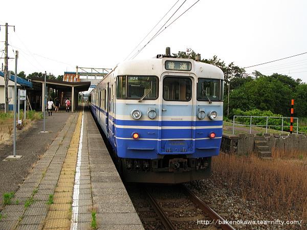潟町駅に停車中の115系電車