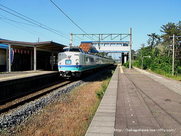 潟町駅を通過する485系電車特急「北越」
