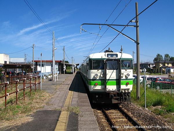 岩室駅を出発する115系電車