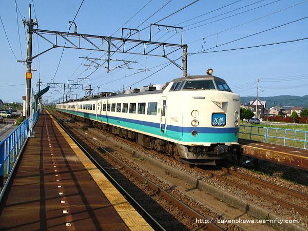 前川駅を通過する485系電車特急「北越」