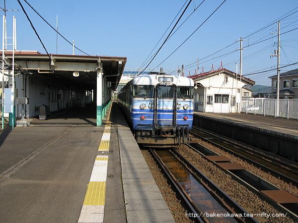 来迎寺駅を出発する115系電車