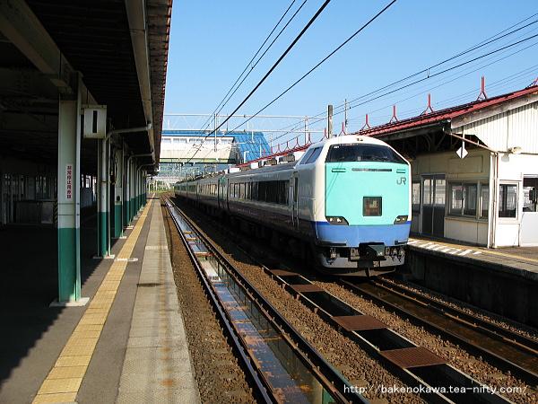 来迎寺駅に停車中の485系電車快速「おはよう信越」