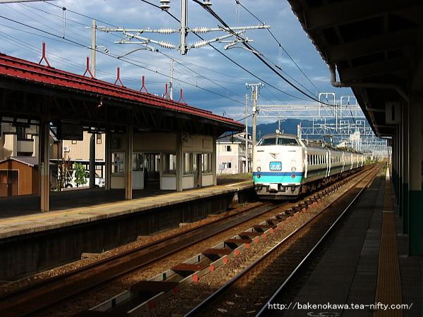 来迎寺駅を通過する485系電車特急「北越」