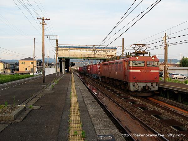 来迎寺駅を通過するEF81形電気機関車牽引の貨物列車