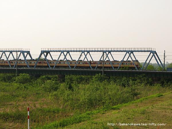 信濃川鉄橋を走り抜けた特急「北越」
