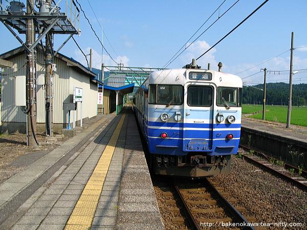 安田駅に到着した115系電車