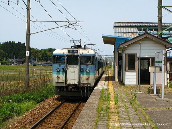安田駅を出発する115系電車