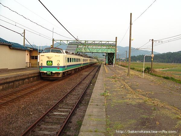 安田駅を通過する485系電車快速「くびき野」その1
