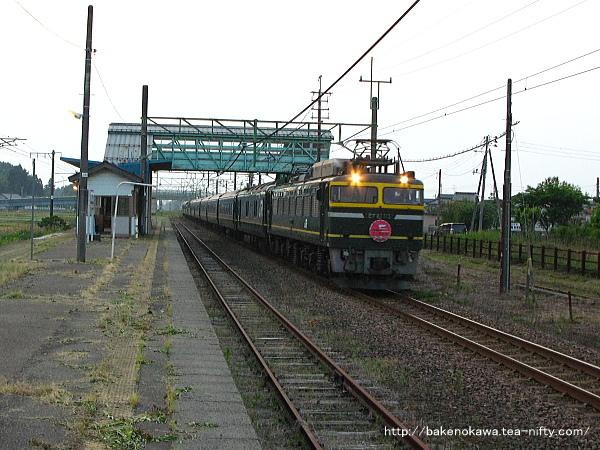 安田駅を通過する寝台特急「トワイライトエクスプレス」