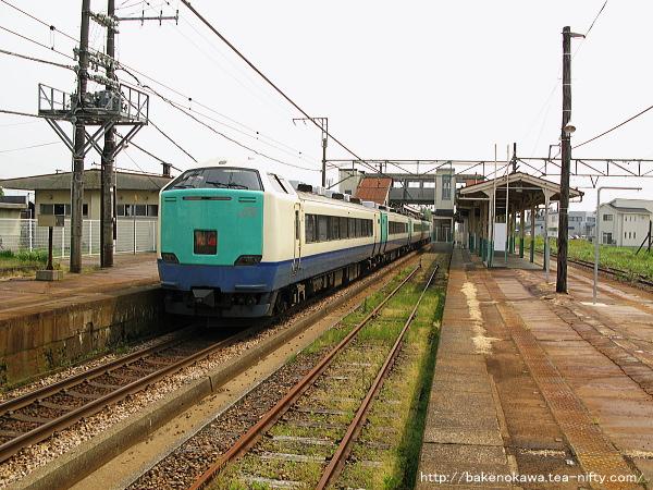 見附駅に到着した485系電車特急「北越」
