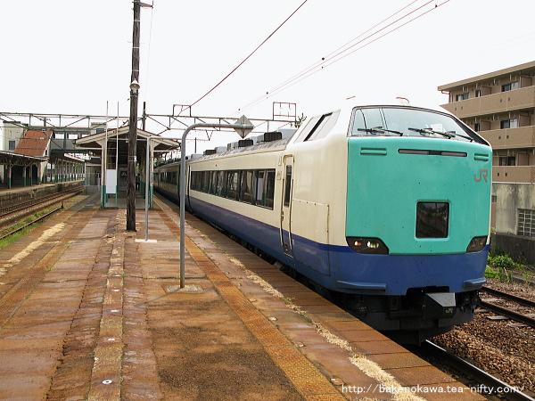 見附駅を出発する485系電車特急「北越」